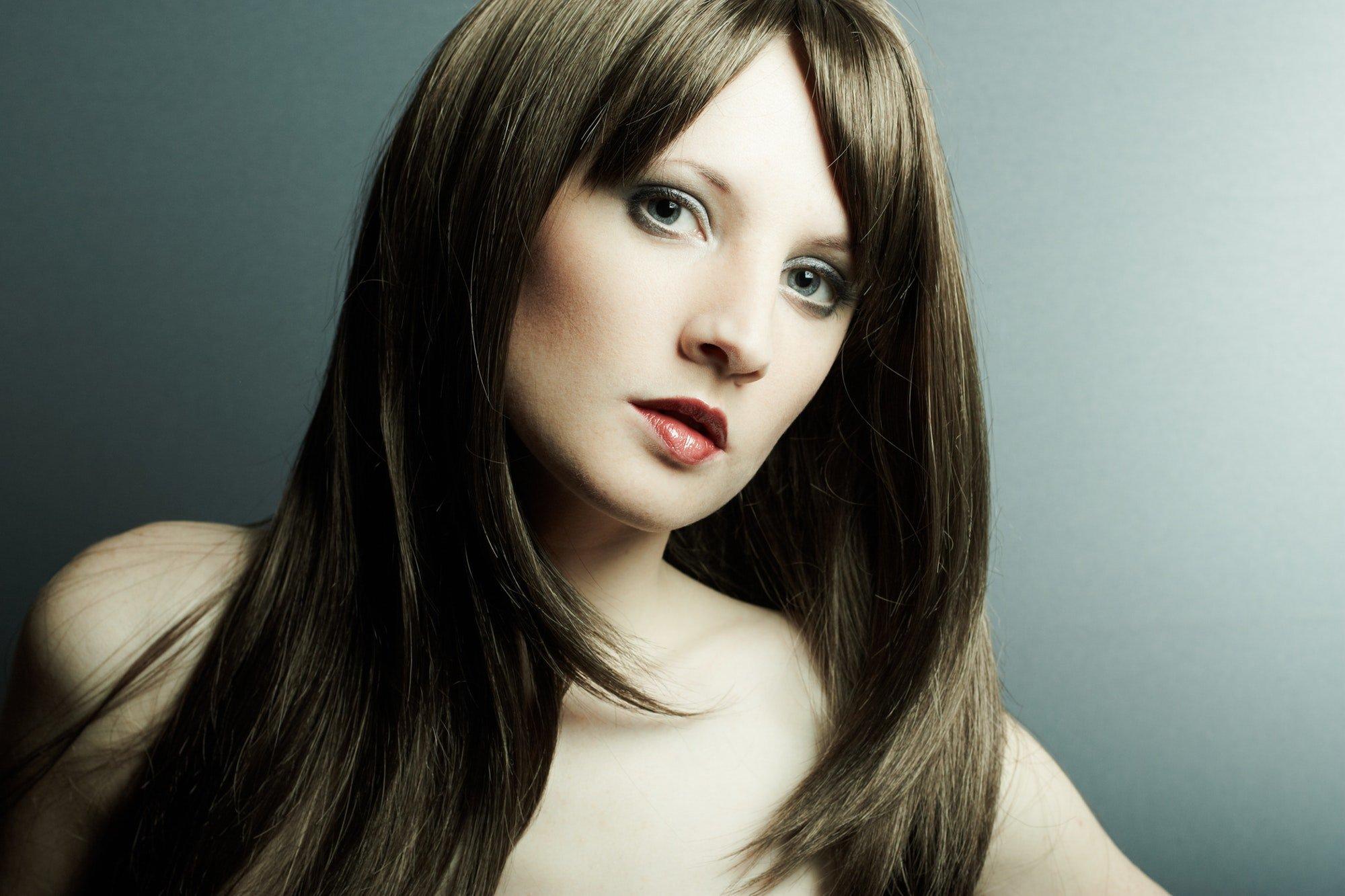 Eine hübsche Frau mit braunenr Perücke. Es gibt tausende von Perücken für alle Arten von Frauen.