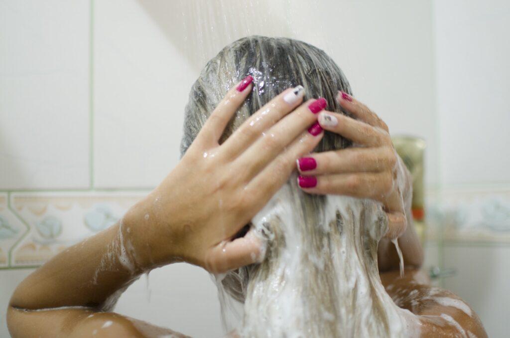 Diese Fehler sorgen für Haarausfall beim Haare waschen